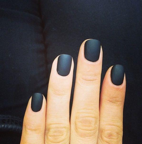 uñas naturales decoradas de negro