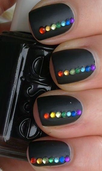 uñas negras con piedras de colores