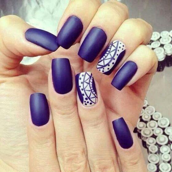 uñas pintadas azul dy blanco