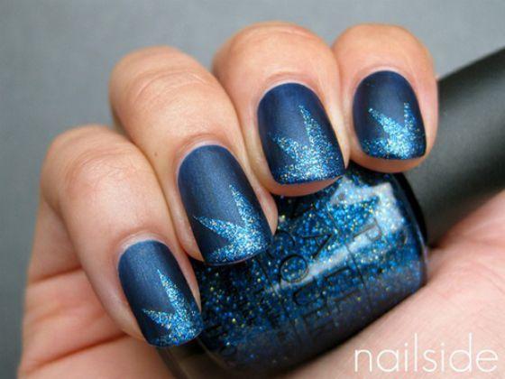 uñas pintadas de azul con flores