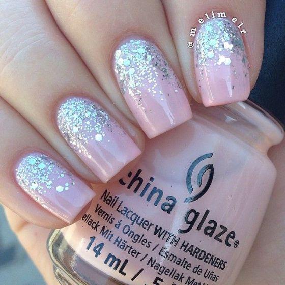 uñas rosadas con pequeñas piedras