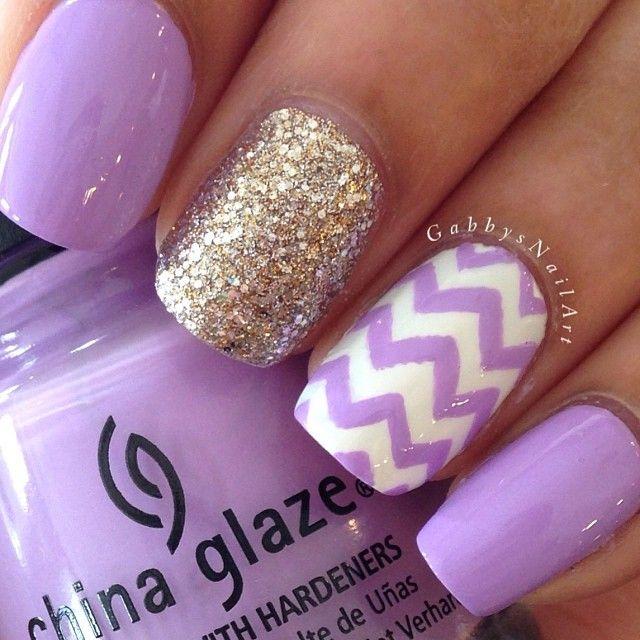 uñas violeta con dorado