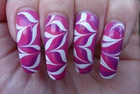 uñas violetas decoradas en agua