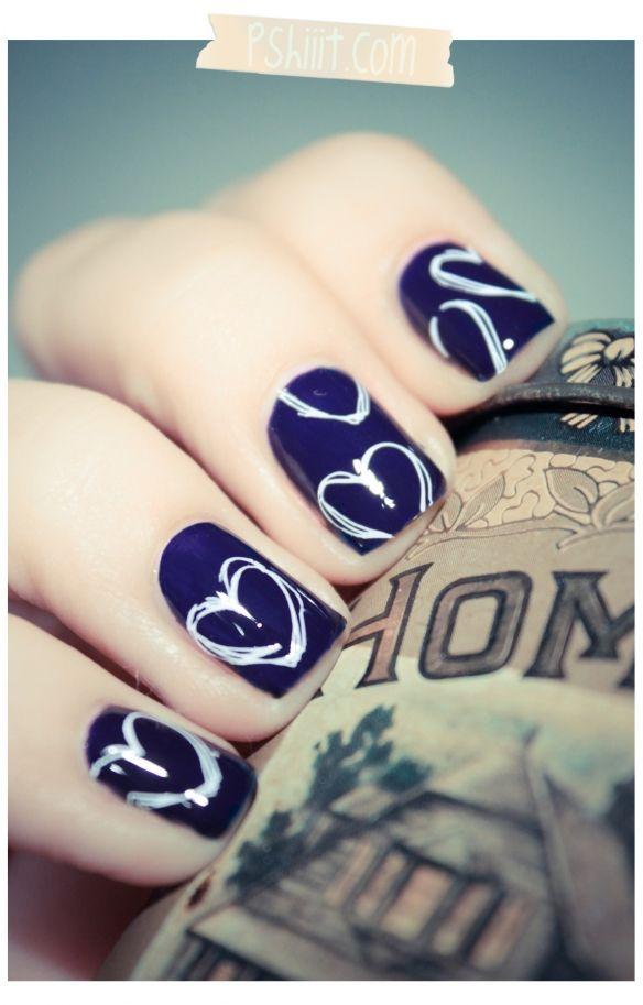 uñas violetas pintadas con corazones