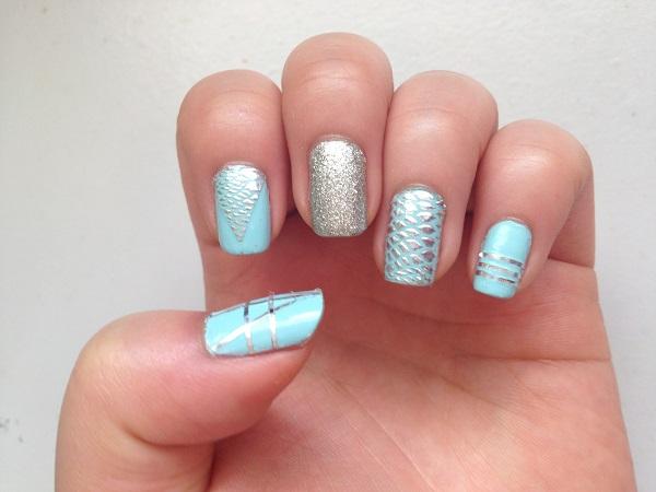 decoracion de uñas azul con plateado