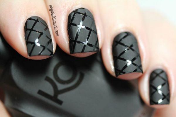 decorando uñas negras con cintillas