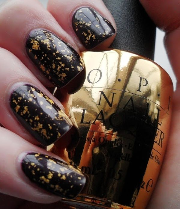 decorando uñas negras y doradas