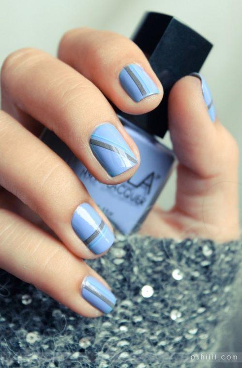 diseño con cintas en uñas azules