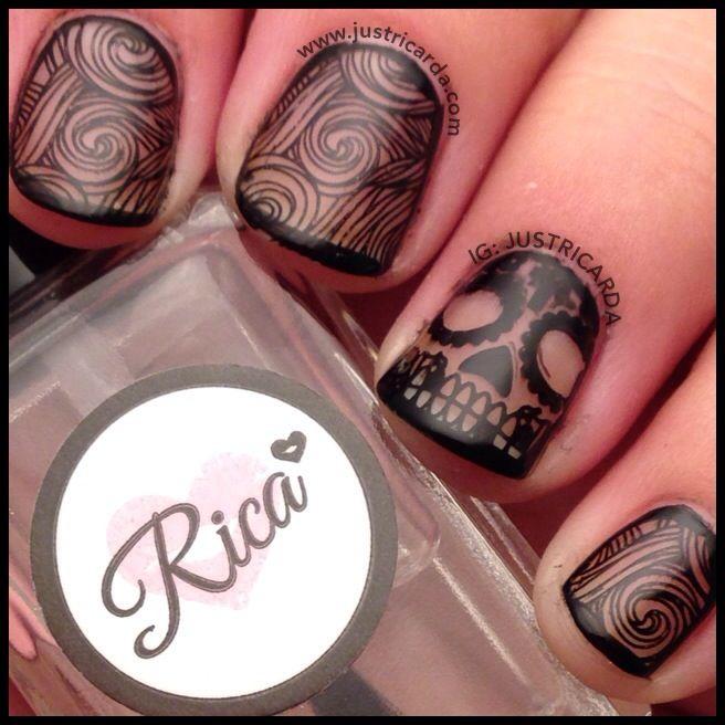 diseño de calavera uñas naturales