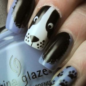 diseño de uñas azules con huellas