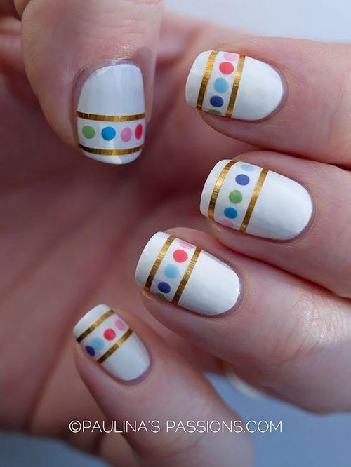 uñas blancas con diseño de cintillas