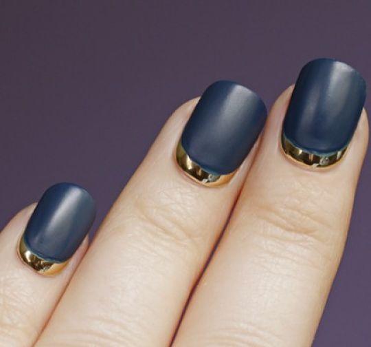uñas azules con bordes dorados