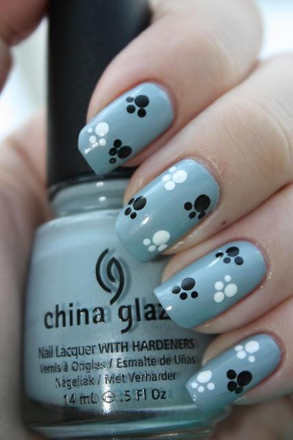 uñas azules con huellas