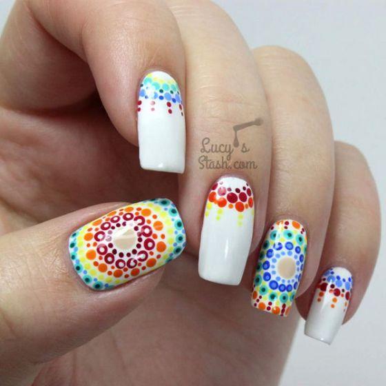 uñas blancas con colores