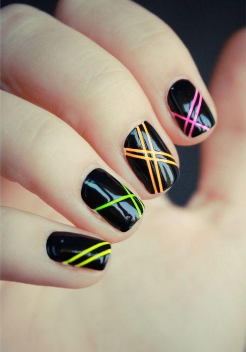 uñas con cintillas colores neon