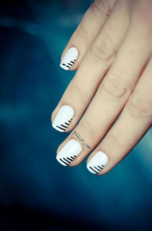 uñas cortas decoradas con cintillas