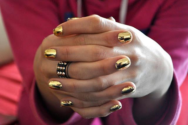 uñas cortas doradas