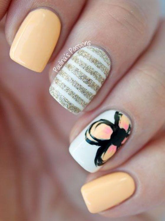 uñas cortas pintadas con flores amarillas