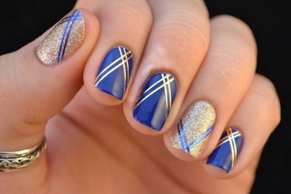 uñas decoradas con cintas dorado y azul