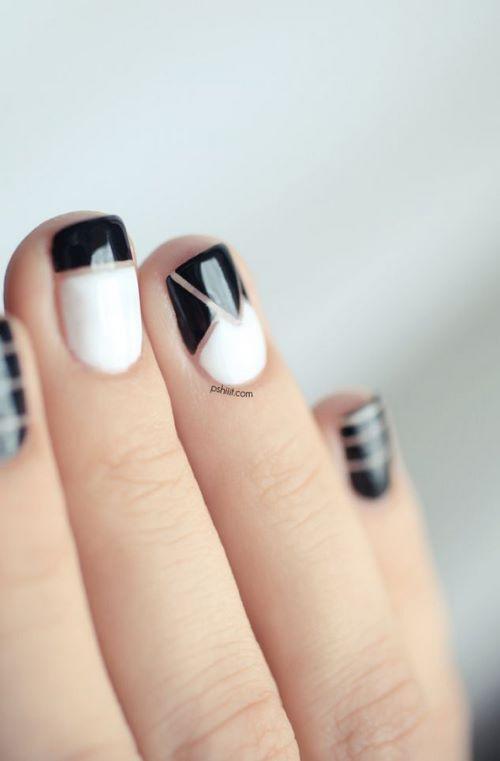 uñas decoradas con cintilla en negro y blanco