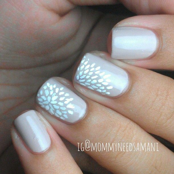 uñas decoradas de color rosa con plata