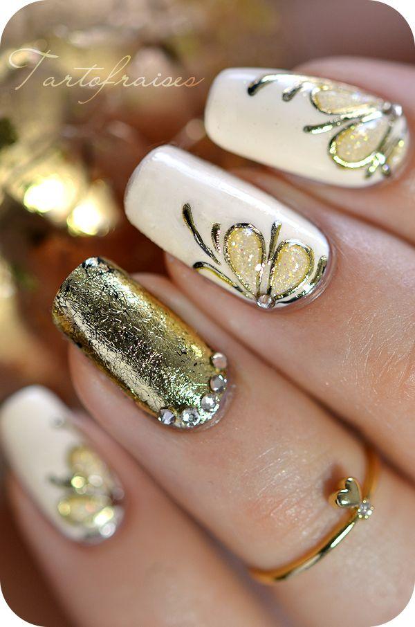 uñas decoradas de dorado con blanco