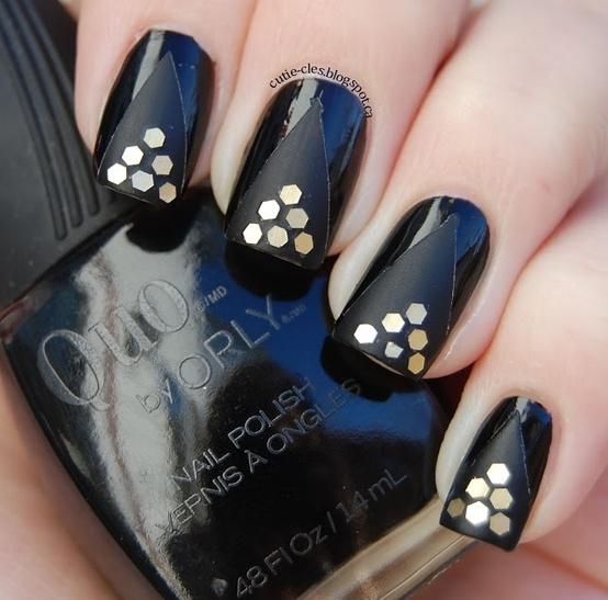 uñas decoradas dorado con negro