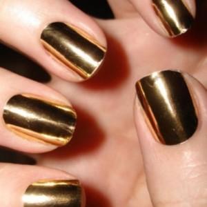 uñas doradas