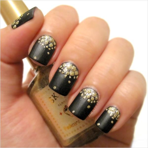 uñas doradas con negro