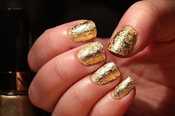 uñas doradas con textura