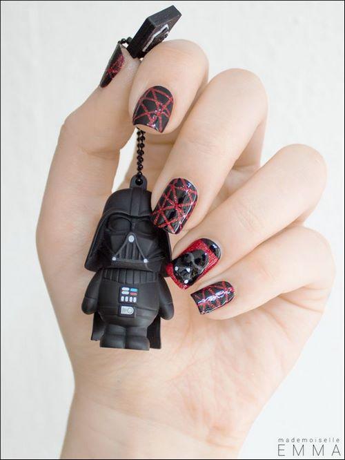 uñas geek rojo y negro con cintas