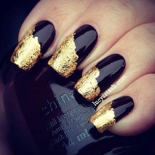 uñas largas doradas