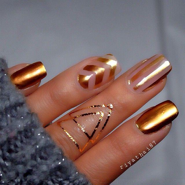 uñas naturales doradas con cintas