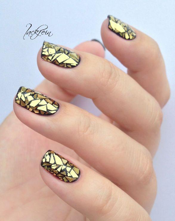 uñas negras y doradas con accesorios