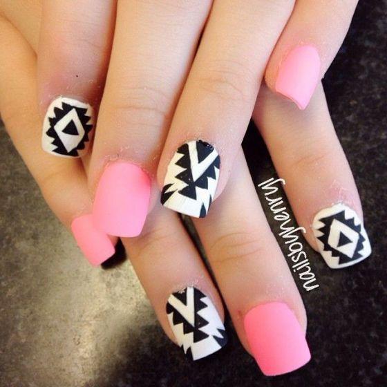 uñas pintadas color rosa neon y negro