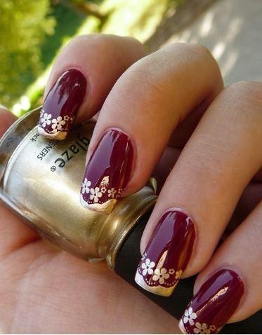 uñas rojas con flores doradas
