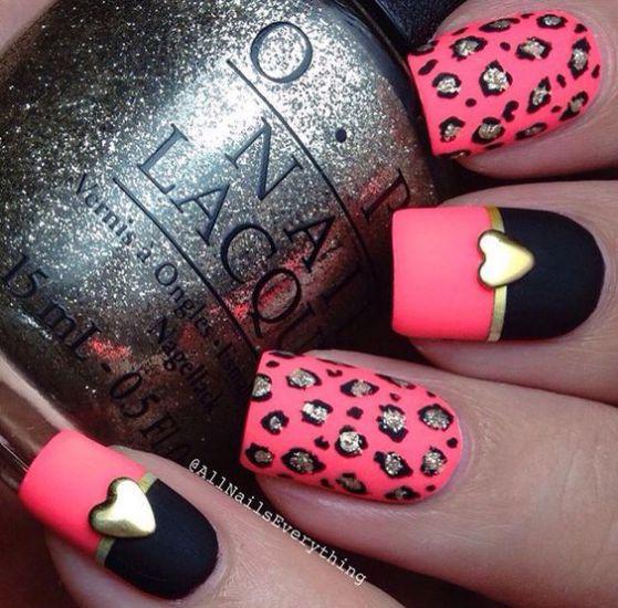 uñas rosadas con corazones