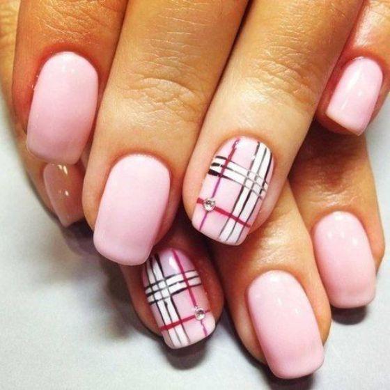 uñas rosadas con rayas blancas