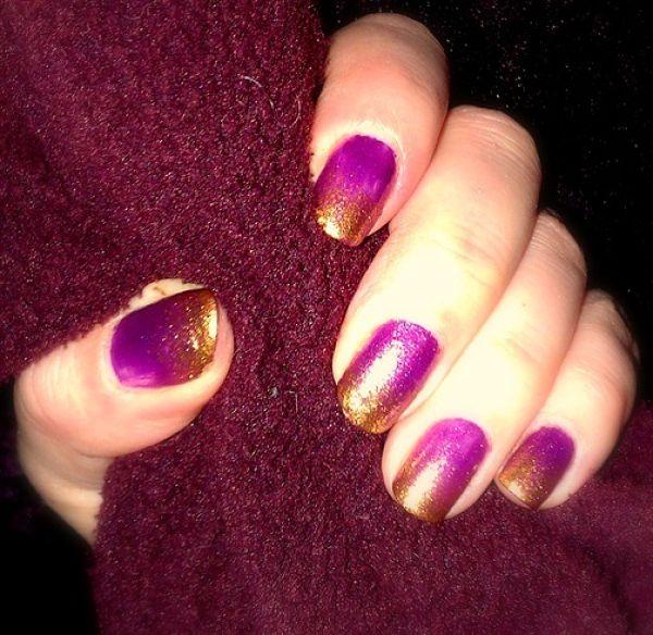 uñas violetas con dorado