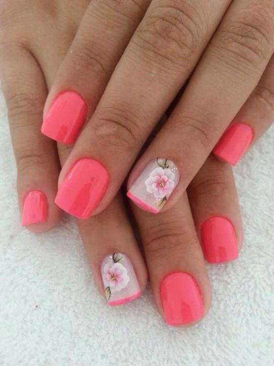 unas con flores rosadas