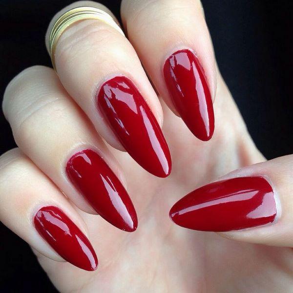 decorando uñas rojas largas