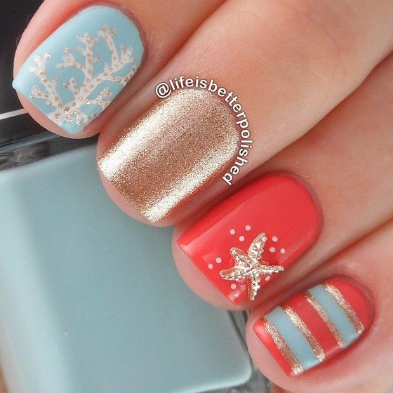 diseño de uñas coral con dorado y azul