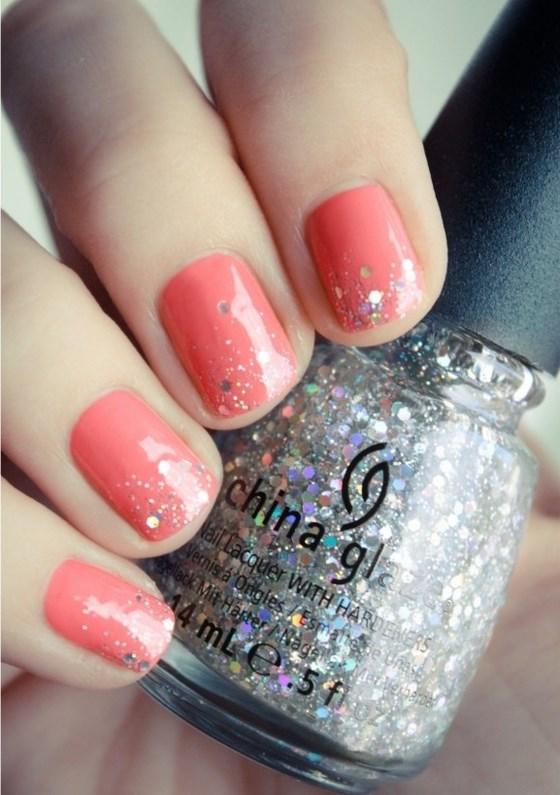 diseño de uñas cortas coral con glitter