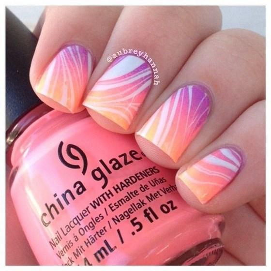 modelo de uñas rosa en agua con degrade