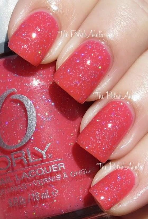 tono de uñas coral con brillantina