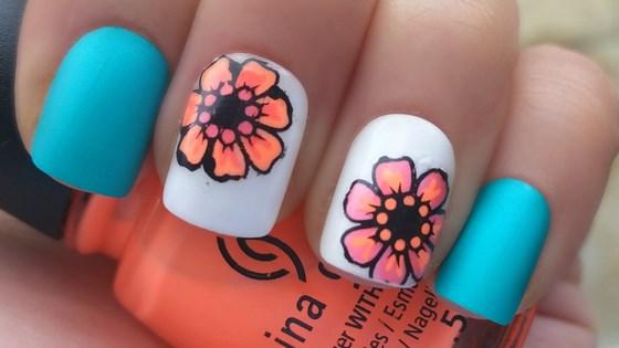 uñas con flores tonos suaves