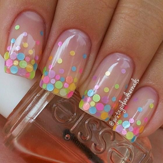 uñas decoradas con accesorios de colores