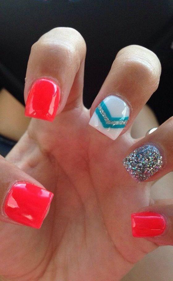 uñas decoradas con color coral