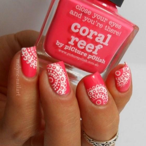 un lindo diseño coral con blanco