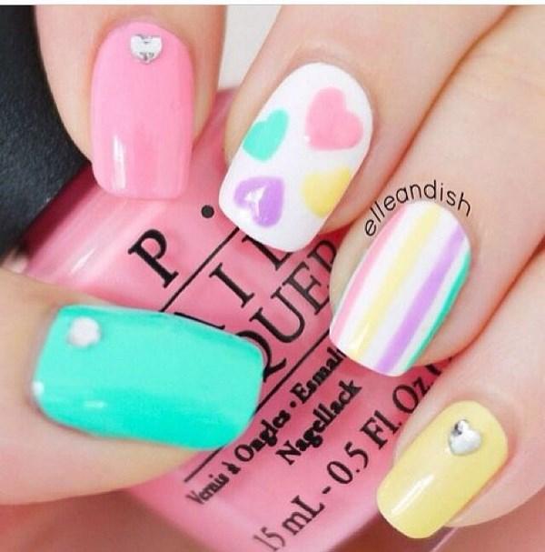 corazones en uñas con tono pastel